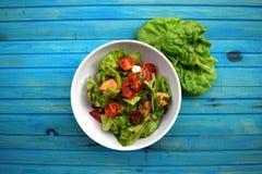 Insalata della verdura fresca, alimento sano, pomodori e foglie dell'insalata Insalata di pollo sana con la verdura fresca Immagini Stock Libere da Diritti