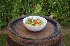 Insalata della verdura fresca, alimento sano, pomodori e foglie dell'insalata Insalata di pollo sana con la verdura fresca Fotografia Stock Libera da Diritti
