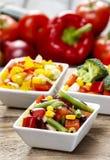 Insalata della verdura fresca in ciotola bianca Tavola del partito della primavera Fotografia Stock Libera da Diritti