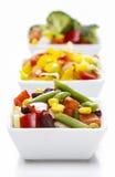 Insalata della verdura fresca in ciotola bianca Tavola del partito della primavera Fotografia Stock