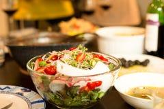 Insalata della verdura fresca in ciotola di vetro con la salsa dell'insalata Fotografie Stock