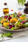 Insalata delle barbabietole, del formaggio arancione e blu Fotografie Stock