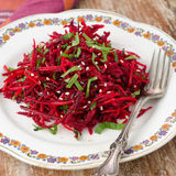 Insalata delle barbabietole e delle carote fresche con prezzemolo Fotografia Stock Libera da Diritti