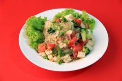 Insalata delle tagliatelle del cellofan con la salsiccia di maiale vietnamita e la verdura di varietà quali lattuga, il pomodoro  fotografia stock