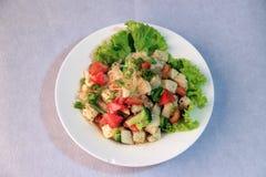 Insalata delle tagliatelle del cellofan con la salsiccia di maiale vietnamita e la verdura di varietà quali lattuga, il pomodoro  fotografie stock