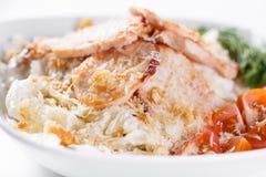 Insalata di Caesar con il pollo Comprende la foglia ed i crostini della lattuga di iceberg conditi con parmigiano Indicatore lumi fotografia stock