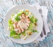Insalata di Caesar con il pollo ed i verdi Fotografia Stock Libera da Diritti