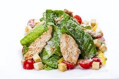 Insalata di Caesar con il pollo su un piatto bianco immagine stock