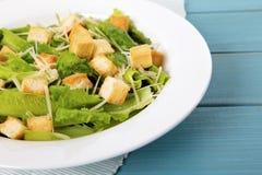 Insalata di Caesar sulla tavola di picnic di estate Immagini Stock Libere da Diritti