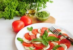 Insalata di Caprese con i pomodori, il formaggio di mozarella ed il basilico Fotografia Stock Libera da Diritti