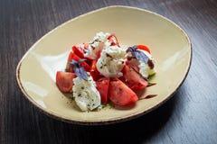 Insalata di Caprese - con i pomodori, mozzarella Immagini Stock