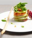 Insalata di Caprese con il basilico ed il melograno di color salmone della mozzarella Fotografie Stock