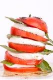 Insalata di Caprese con la mozzarella, il pomodoro ed il basilico Fotografie Stock