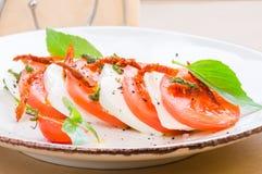 Insalata di Caprese o mozzarella della Buffalo con i pomodori Fotografia Stock