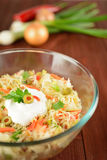 Insalata di cavolo bianco con la cipolla, la carota, il pepe e le olive Fotografie Stock