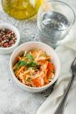 Insalata di cavolo con il piatto vegetariano fotografia stock libera da diritti