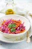 Insalata di cavolo rosso con le carote, le erbe e l'olio d'oliva immagini stock libere da diritti