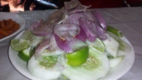 Insalata di Cocumber della cipolla della calce con pepe immagini stock libere da diritti