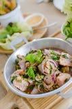 Insalata di color salmone calda e piccante di stile tailandese immagini stock