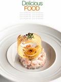 Insalata di color salmone fresca con il pomodoro, il caviale e croccante Fotografia Stock