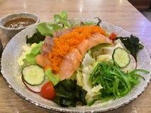 Insalata di color salmone Seared Prodotto-verdure fresche di vegetables alga Immagine Stock Libera da Diritti