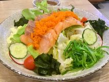 Insalata di color salmone Seared Verdure fresche Immagini Stock