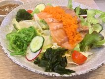 Insalata di color salmone Seared Verdure fresche alga Fotografia Stock