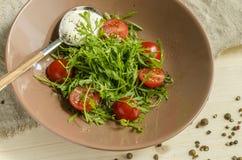 Insalata di crescione con i pomodori ciliegia e la panna acida Immagine Stock