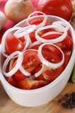 insalata di estate con i pomodori e gli anelli di cipolla Fotografie Stock Libere da Diritti