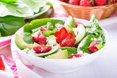 Insalata di estate con la fragola, l'avocado e gli spinaci Fotografia Stock