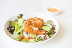 Insalata di Fried Chicken con i pomodori, il cetriolo e la cipolla Fotografia Stock