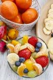 Insalata di frutta in ciotola di vetro fotografia stock