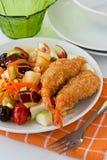 Insalata di frutta con gambero fritto nel grasso bollente Immagini Stock Libere da Diritti