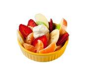Insalata di frutta con yogurt in una zolla gialla Fotografia Stock