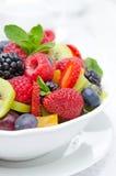 Insalata di frutta fresca e delle bacche in una ciotola bianca Fotografie Stock Libere da Diritti