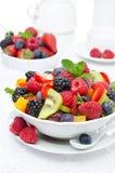 Insalata di frutta fresca e delle bacche in una ciotola bianca Fotografia Stock Libera da Diritti