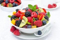 Insalata di frutta fresca e delle bacche in una ciotola bianca, bacche Immagini Stock Libere da Diritti