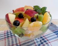 Insalata di frutta su priorità bassa bianca Immagini Stock