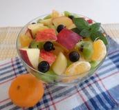 Insalata di frutta su priorità bassa bianca Fotografia Stock