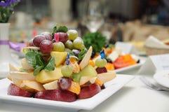 Insalata di frutta su una zolla Immagini Stock Libere da Diritti