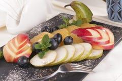 Insalata di frutta variopinta Macedonia di Apple, della pera, della banana, del mandarino, della pera e del melograno Cibo fresco Fotografia Stock Libera da Diritti