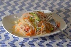 Insalata di Funchoza con le verdure su un piatto bianco con una forcella Immagine Stock Libera da Diritti