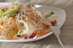 Insalata di Funchoza con le verdure su un piatto bianco con una forcella Fotografie Stock Libere da Diritti