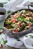 Insalata di inverno con l'arancia sanguinella, gli spinaci, il melograno, l'avocado, la quinoa, le nocciole e l'insalata del bulg Fotografia Stock Libera da Diritti