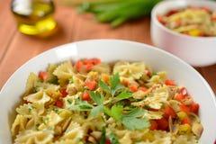 Insalata di pasta con carne di pollo e pepe Fotografia Stock