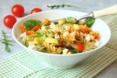 Insalata di pasta con gli ortaggi freschi, verdi, pomodori, avocado, sopra Fotografie Stock Libere da Diritti