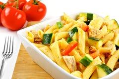 Insalata di pasta della verdura e del pollo Immagini Stock