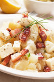 Insalata di patata con formaggio e pancetta affumicata Fotografia Stock Libera da Diritti