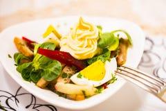 Insalata di patata con la maionese della bietola rossa, dell'aringa affumicata, dell'uovo e della soia immagine stock libera da diritti