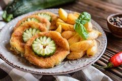 Insalata di patata fritta con lattuga, pepe, la cipolla ed il pesce al forno fi Fotografie Stock Libere da Diritti